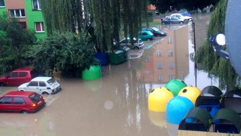Woda z Choczenki zalała parkingi na osiedlu XX - lecia w Wadowicach