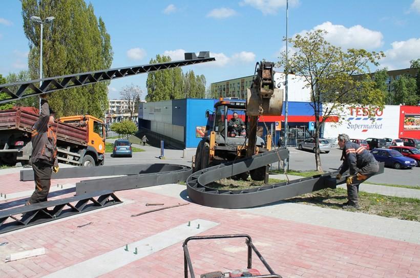 Zakład Gospodarki Komunalnej montuje przy skrzyżowaniu Włókniarzy i Krakowskiej podstawę do zamocowania samolotu