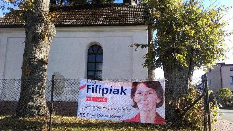 Bloger zauważył, że baner wyborczy wisi na ogrodzeniu kościoła w jego rodzinnej parafii. Zrobił to zdjęcie i wezwał na Facebooku do usunięcia baneru