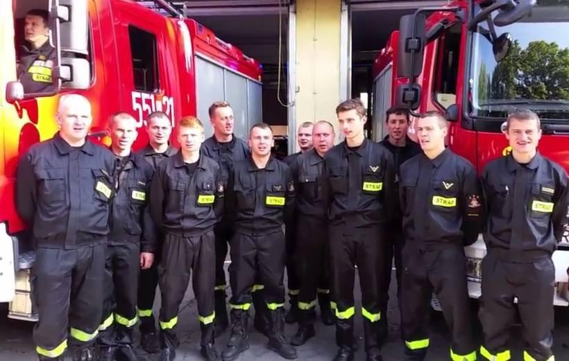 Strażacy, dzieci, członkowie zespołów, mieszkańcy i wiele, wiele innych osób zapraszają wszystkich do Paszkówki