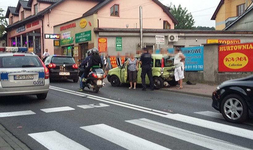 Wypadek w centrum Andrychowa. Świadkowie mówią, że huk uderzenia było słychać daleko na osiedlach