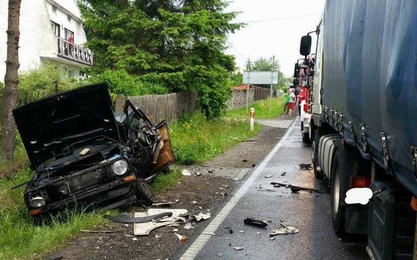 Tragiczny wypadek na granicy powiatów. Pod koła tira wjechała osobówka