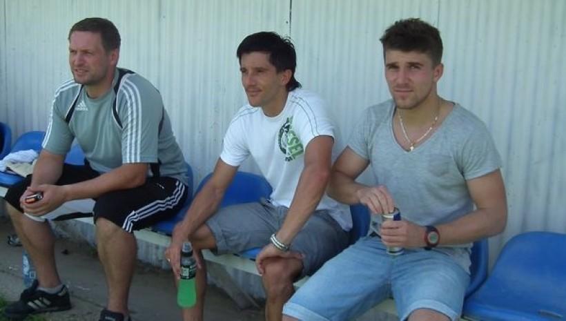 Krzysztof Wądrzyk (z lewej) razem z byłymi piłkarzami Beskidu: Tomaszem Moskałą (w środku) oraz Dariuszem Chowańcem (z prawej). Czy namówi ich do powrotu?