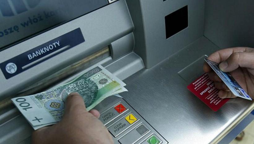 Rzadziej wypłacamy z bankomatów, coraz częściej korzystamy z...