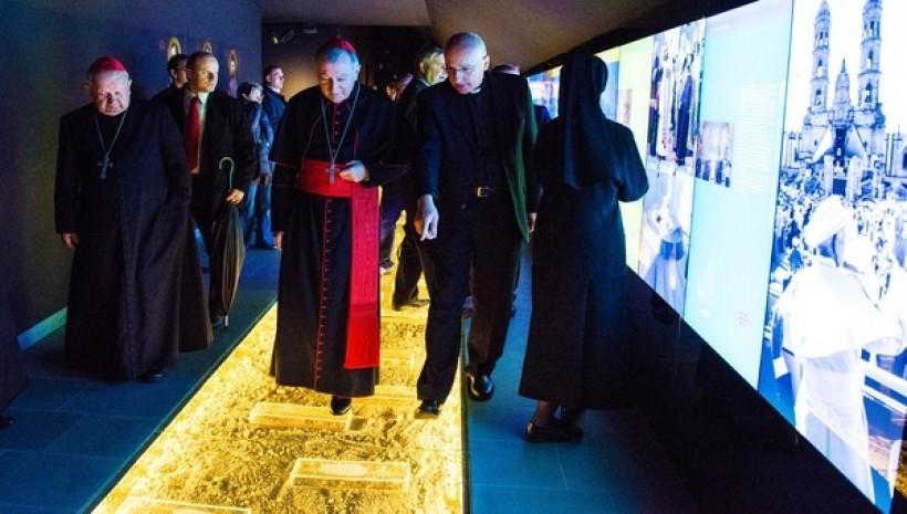 Muzeum Dom Rodzinny Jana Pawła II. Kasety z ziemią umieszczono w podłodze potężne szyby ważące po 150 kg