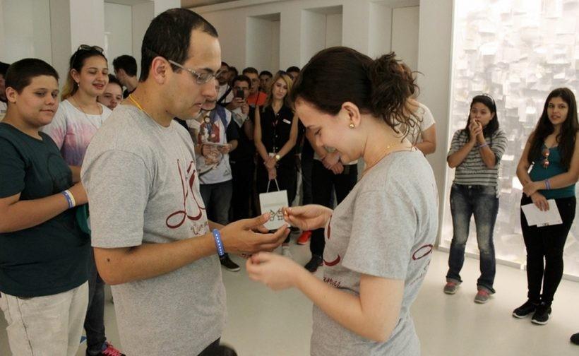 W czwartek Vinicius, pielgrzym z Brazylii, oświadczył się w muzeum swojej dziewczynie Thaisie