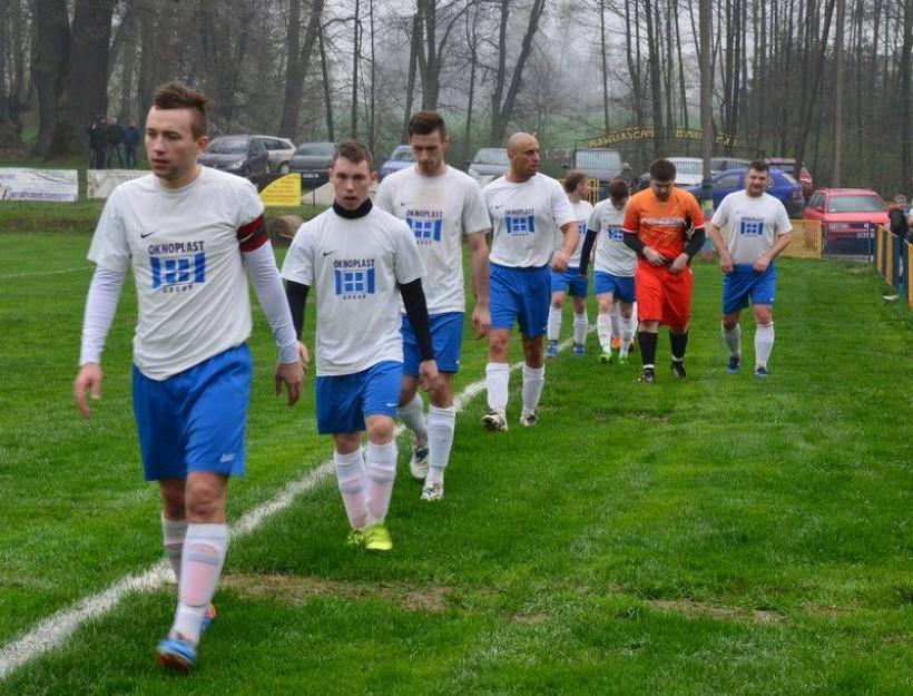Po pierwszej kolejce sezonu 2016/2017 w A klasie piłkarze Dębu Paszkówka świętują awans do okręgówki