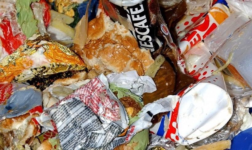 Co czwarty z nas wyrzuca jedzenie. Do kosza trafiają głównie...