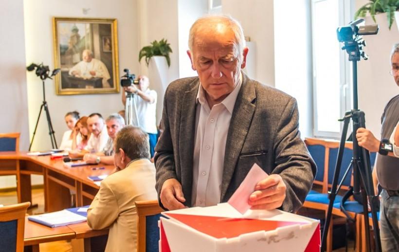 Po odwołaniu Józefa Cholewki jedynym uprawnionym do prowadzenia dalszych obrad, a także teraz do zwoływania sesji rady jest Otto Gurdek. Wybór Roberta Malika na przewodniczącego był bezprawny