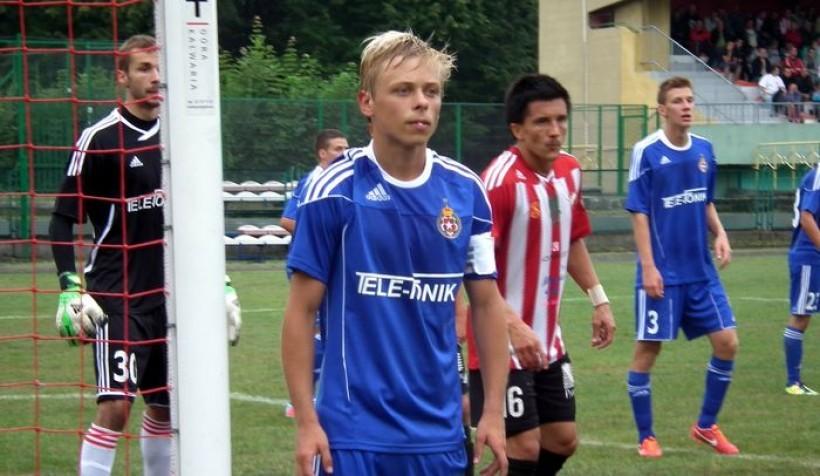Jakub Pułka (na pierwszym planie) podczas meczu rezerw Wisły Kraków z Beskidem w Andrychowie