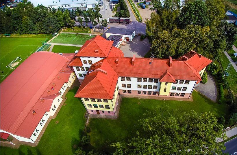 Nowoczesna szkoła z nowoczesnym budynkiem i halą sportową. Od 1 wrzesnia 2017 roku może być tutaj pusto