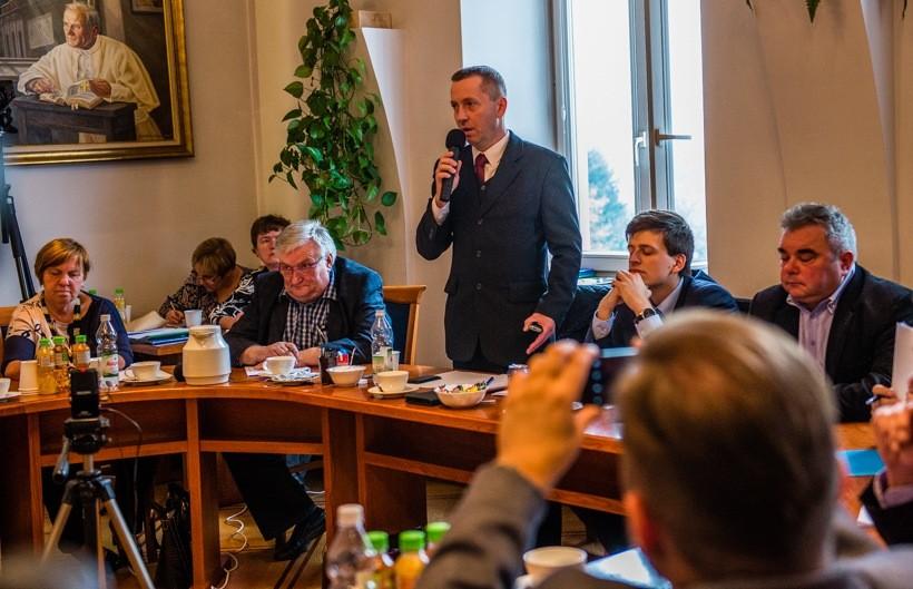 """""""Większość burmistrza"""" zrobiła z Tomasza Bąka wiceprzewodniczącego rady. On sam w głosowaniu na przewodniczącego nie poparł swojego kolegi Pawła Janasa. Kolejny radny od Jacka Jończyka przechodzi na stronę burmistrza"""