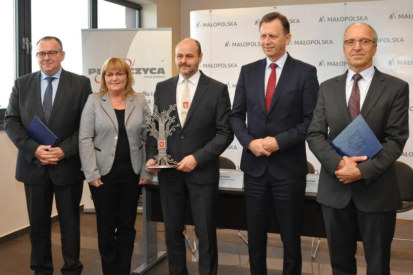 Marszałek Jacek Krupa podpisał umowy z przedsiębiorcami z Zatora