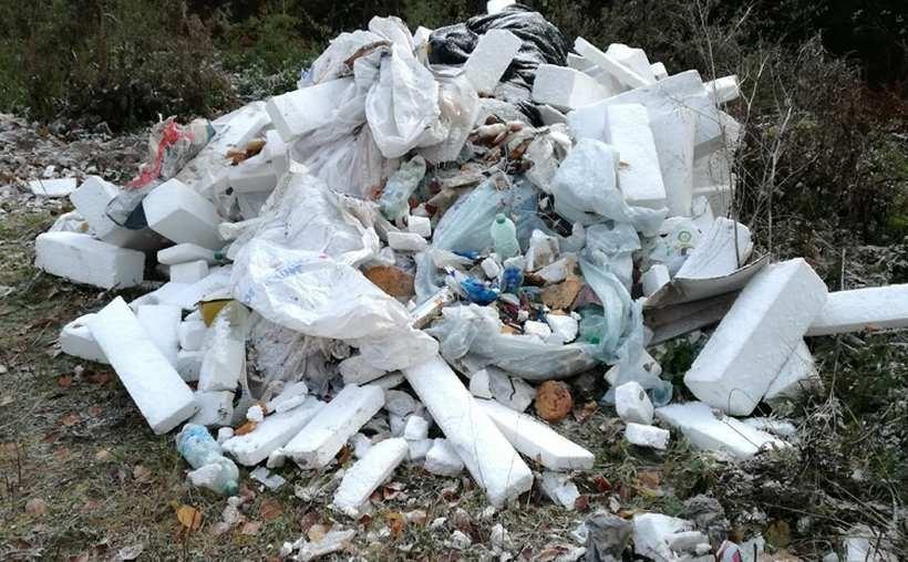 Groźne odpady na ulicy. Straż Miejska prosi o pomoc w ustaleniu sprawcy
