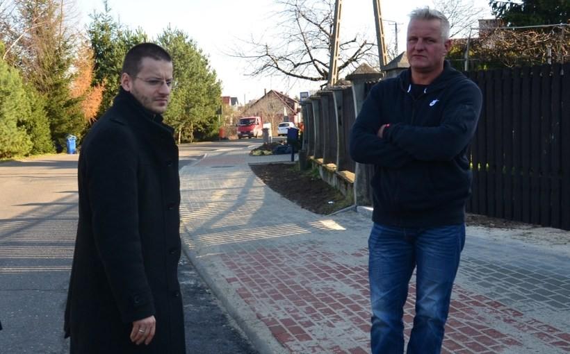 W Tomicach starosta Bartosz Kaliński buduje chodnik przy drodze na Piekło
