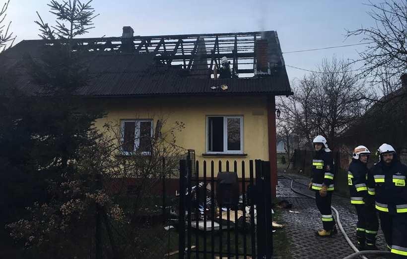 O mały włos od tragedii. W Choczni spłonął dach domu, właścicielka doznała szoku