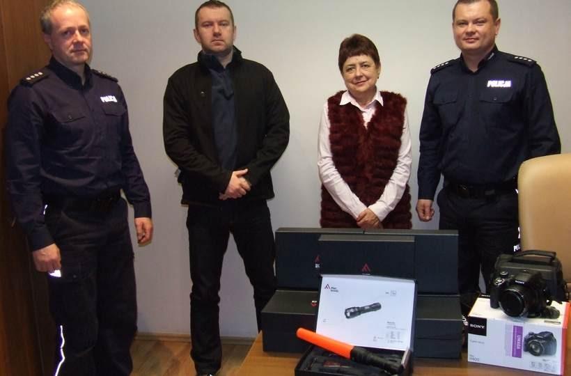 Prezenty dla policji dostarczyli Małgorzata Chrapek ( wójt gminy Wieprz) i Bartłomiej Westwalewicz ( Przewodniczący Rady Gminy)