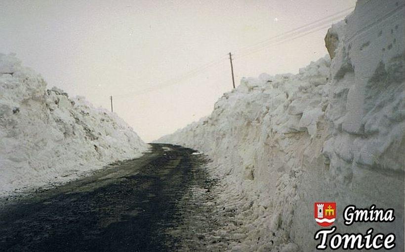 To była sroga zima. Przy drogach zalegały 4-metrowe hałdy śniegu, pamiętacie?