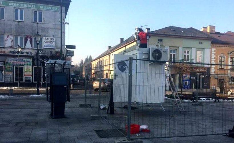 W Wadowicach będą mierzyć SMOG. Na rynku postawili laboratorium powietrza