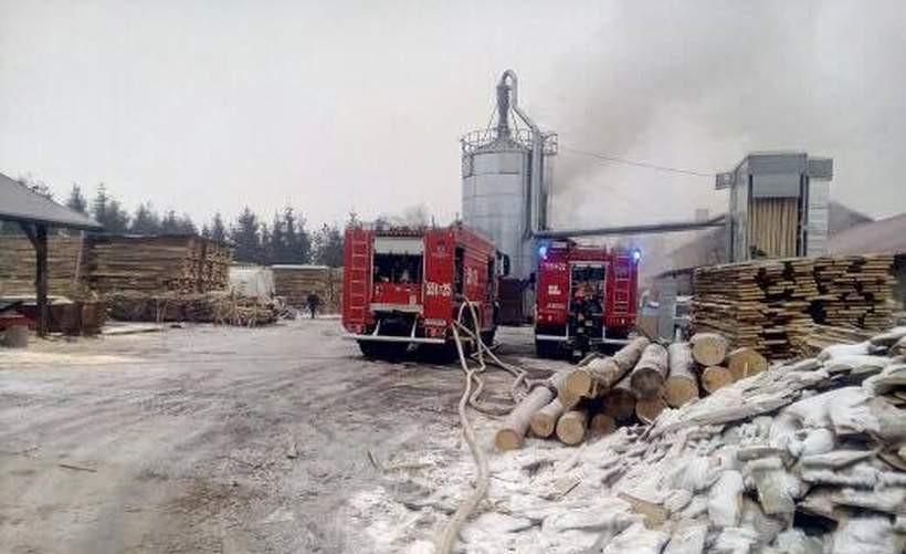 """Pożar dachu na terenie zakładu w Tomicach. """"Akcja ratunkowa może potrwać długo"""""""