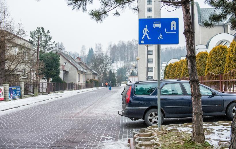 Ulica Zielona i Podgórska to strefy zamieszkania. Urzad zpomnia postawić tutaj znaków o wyznaczonych miejscach parkowania, dlatego kierowcy płacą mandaty