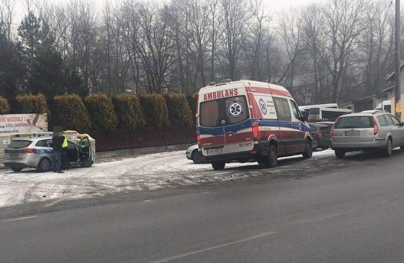 Kierowca osobówki potrącił pieszą w Kleczy. Policja apeluje o ostrożność