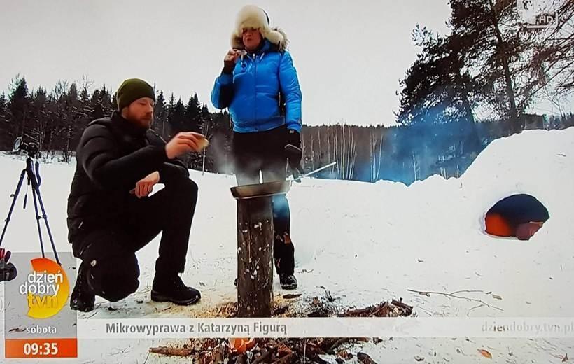 Katarzyna Figura z podróżnikiem Łukaszem Długowskim zbudowali igloo na Czarnym Groniu