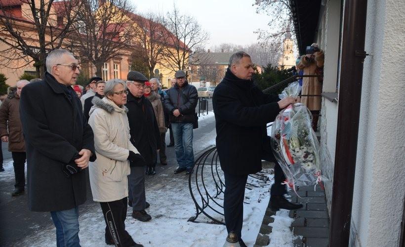Z okazji tej rocznicy składane są wiązanki kwiatów pod obeliskiem na Rynku i pod tablicą przy ul. Legionów upamiętniającą spalenie przez Niemców żydowskiej synagogi
