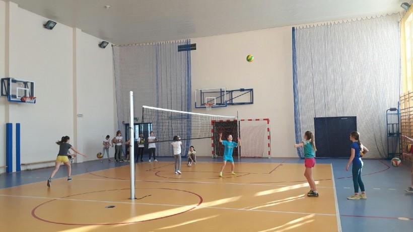 Zajęcia gimnastyczne w szkole w Nidku