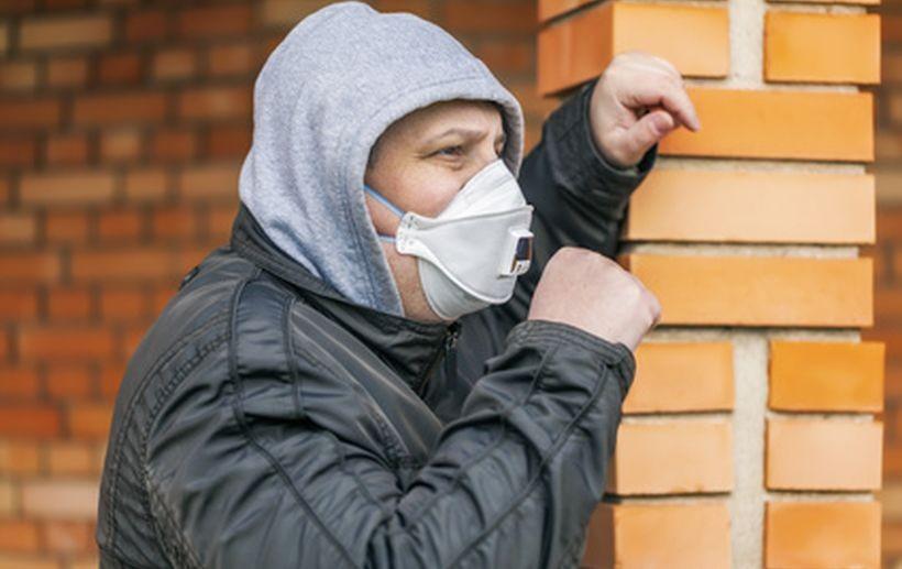 Maski antysmogowe na sklepowych półkach, a ludzie... chyba wstydzą się nosić