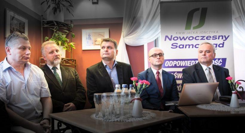 Sztab wyborczy Jacka Jończyka zapowiadał, że po wyborach wprowadzi nową jakość do samorządu. Tymczasem musi tłumaczyć się z pieniędzy, które starostwo pod rządami Jacka Jończyka przekazuje organizacjom jego żony i syna