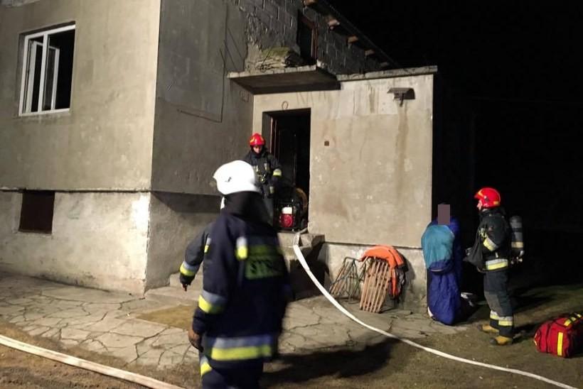 Pożar domu w środku nocy. Strażacy nie mają łatwo