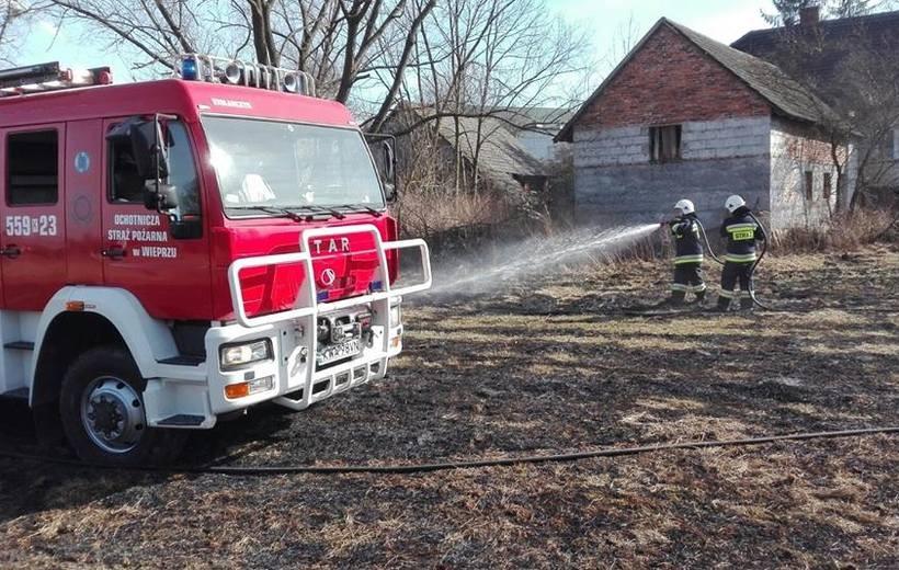 Wichura zrywa dachówki, przewraca drzewa na drogi. Pożary traw zagrażają budynkom