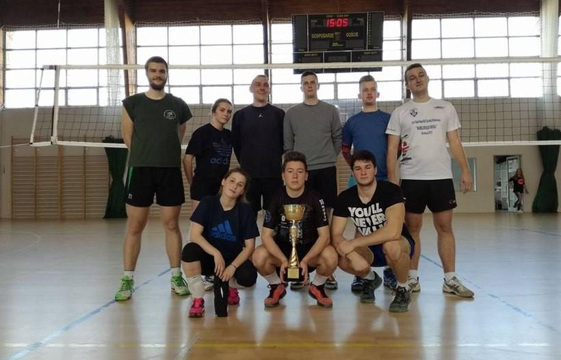 Drużyna Carmax Wadowice w turnieju siatkówki w Kalwarii Zebrzydowskiej