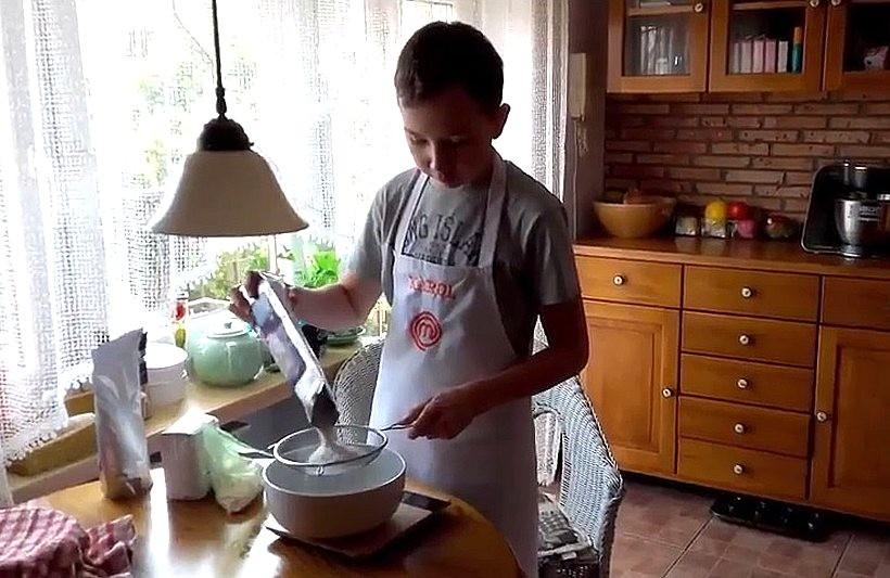 Karol Migdałek z Wadowic gotuje w swoim mieszkaniu