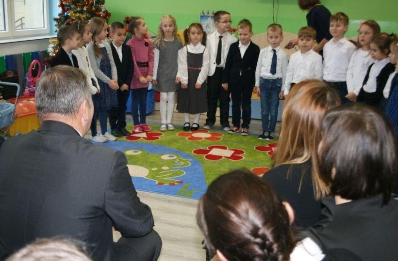 Radni podczas wizyty w szkole w Barwałdzie Średnim