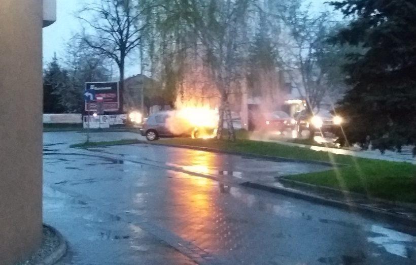 Osobówka stanęła w płomieniach pod centrum handlowym w Wadowicach