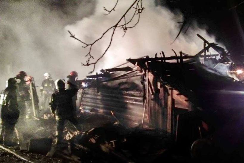 Stodoła w ogniu. Pożar zagrażał budynkowi mieszkalnemu
