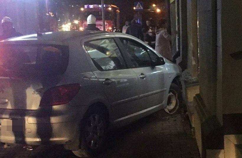 Samochód wpadł do sklepu. Dobrze, że nikt nie szedł chodnikiem!