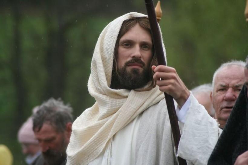 W rolę Jezusa wcielił się brat Tobiasz, student pierwszego roku seminarium duchownego w Kalwarii