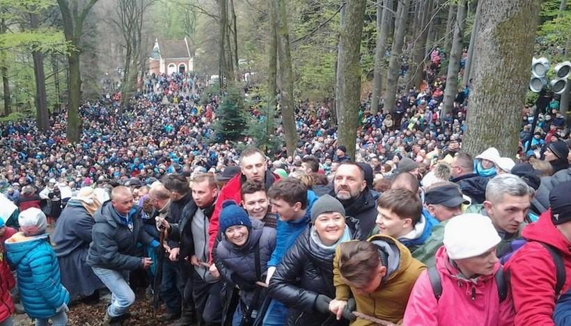 Wielki Piątek na Kalwarii ... i tak niezmiennie tłumy wiernych dziś ok. 150 tys. osób ... jest wiara w narodzie :) - informuje na Twitterze Tomasz Baluś (NaszaKalwaria.pl)