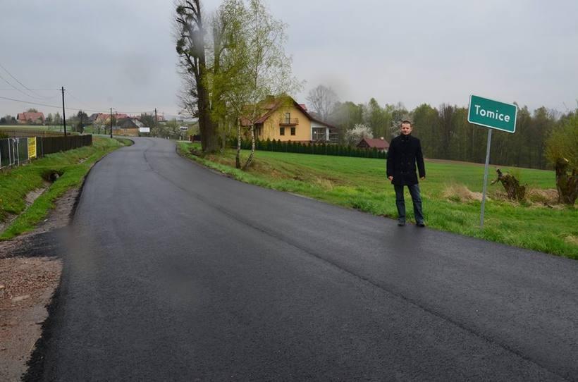 Starosta Wadowicki Bartosz Kaliński sprawdza stan drogi po remoncie