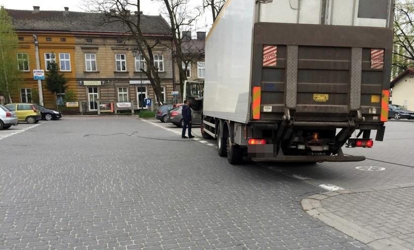 Duży ruch samochodów w Wadowicach. Kierowca zerwał kabel telefoniczny i uciekł