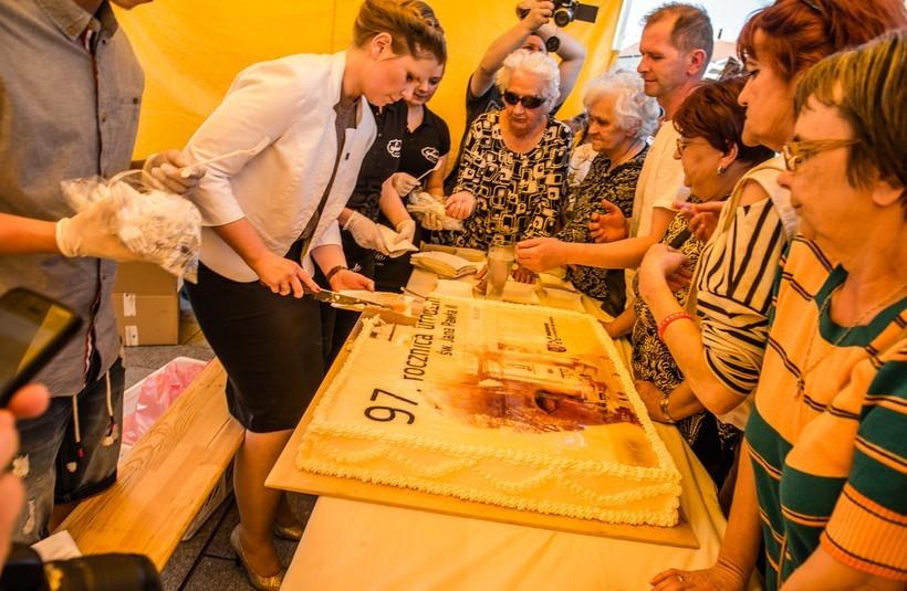 Podczas święta pokrojeniem tortu urodzinowego zajęła się Ewa Całus