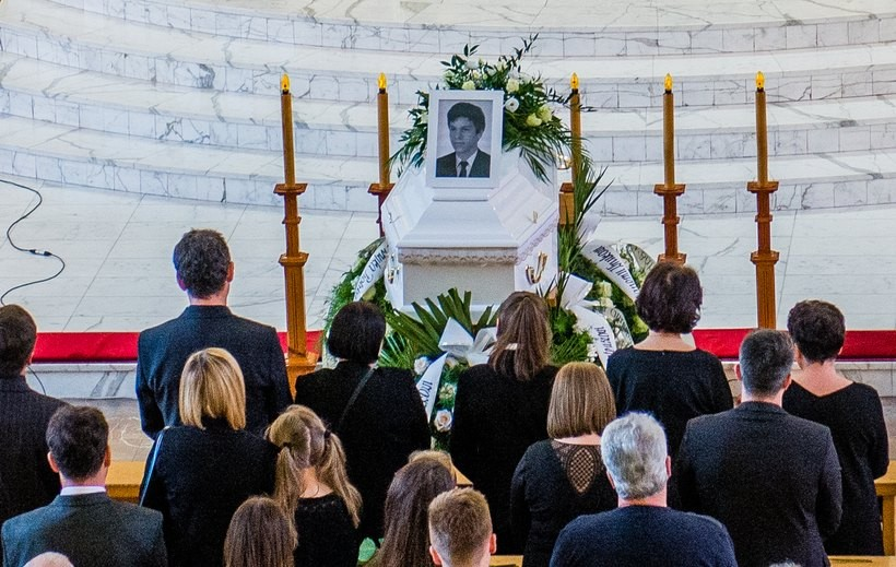 Mateusza pochowano w białej trumnie