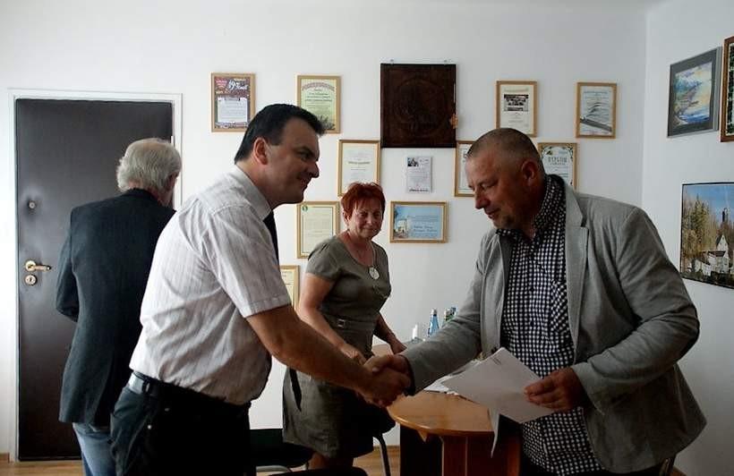 Wójt Spytkowic podpisał umowy z wykonawcami robót