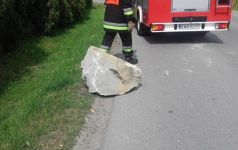Półtonowy głaz wypadł z ciężarówki na drogę w Łękawicy