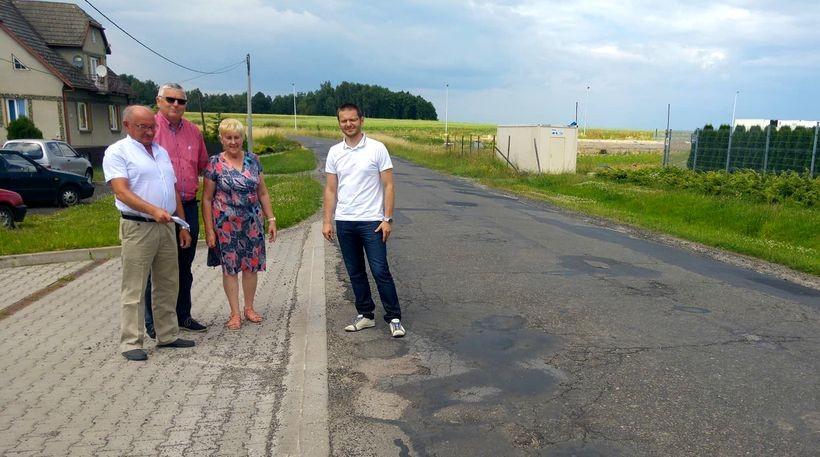 W poniedziałek (26.06) starosta spotkał się na trasie przeznaczonej pod przebudowę z radnymi powiatowymi z Wieprza i Andrychowa Anna Zacny i Kubikiem oraz współwłaścicielem firmy SM Logistic Ryszardem Dudą, by poinformować o swoich planach