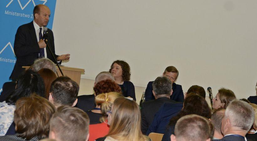 Minister Konstanty Radziwiłł podczas konferencji prasowej w Krakowie