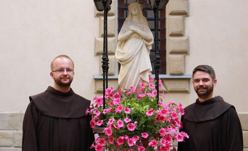Na zdjęciu – od prawej Kustosz Sanktuarium – O. Konrad Cholewa, od lewej – Wikariusz klasztoru – O. Micheasz Okoński